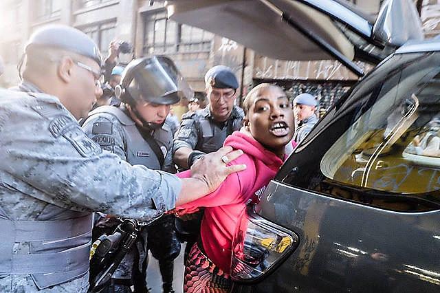 Militantes son detenidas por la Policía Militar en la región central de la ciudad de São Paulo