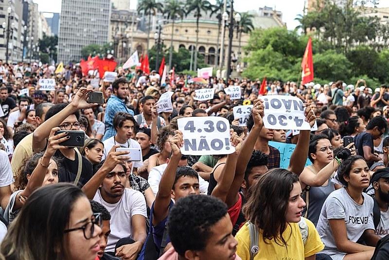Em clima festivo e cantando palavras de ordem, manifestantes fizeram ato pacífico
