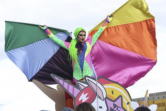 A 20º Parada do Orgulho LGBT de Brasília leva multidão à Esplanada dos Ministérios