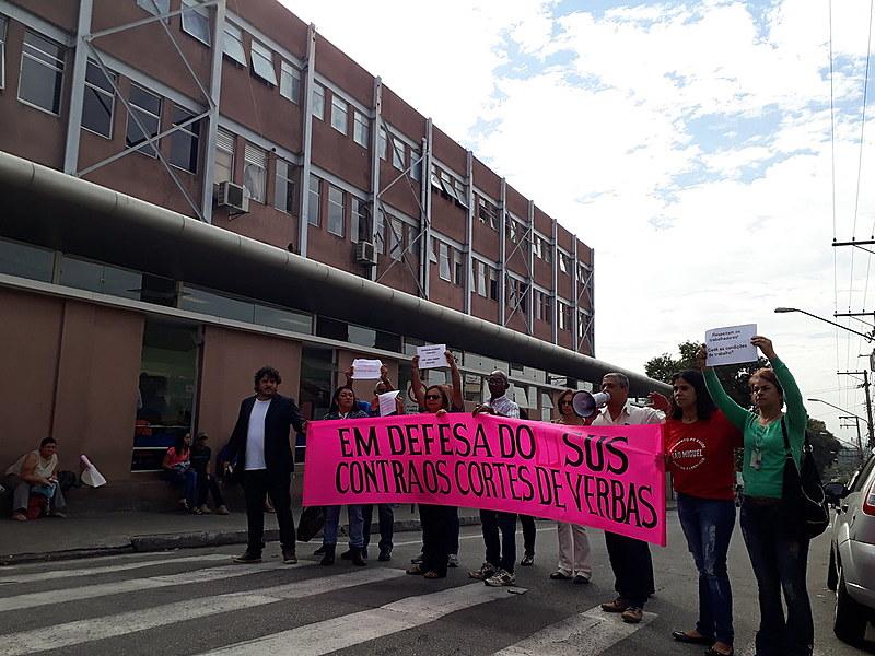 Ativistas do Movimento de Saúde da Zona Leste, lideranças sindicais e conselheiros acompanharam a vistoria dos vereadores