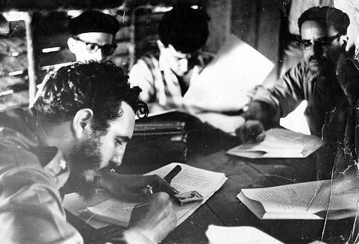 Momento em que Lei da Reforma Agrária foi assinada por Fidel Castro, em 17 de Maio de 1959