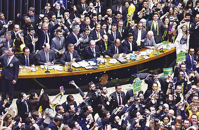 Deputados comemoram a aprovação do Impeachment da presidenta eleita, Dilma Roussef