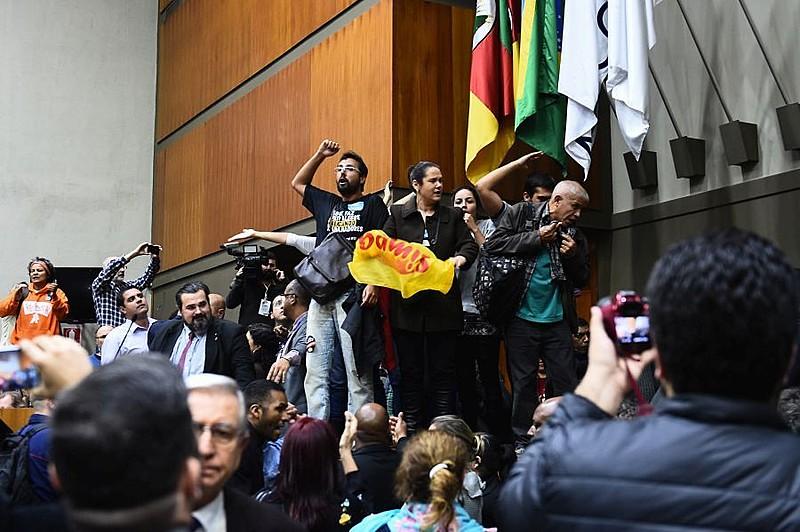 Na foto, manifestantes entram no plenário durante a sessão.