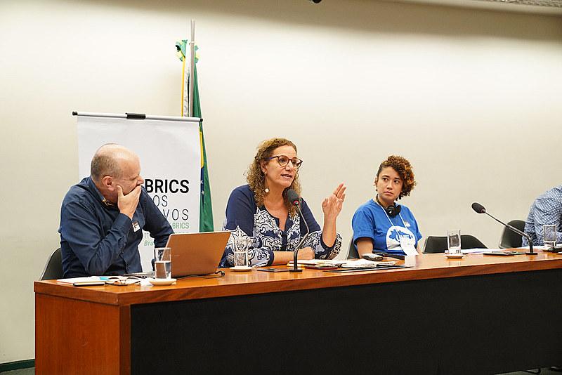 """""""Há uma bifurcação entre capitalismo e democracia"""", afirmou Jandira Feghali, uma das debatedoras da mesa"""