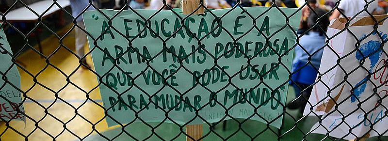 Durante protesto por maiores investimentos em educação, manifestantes reivindicam valorização da área