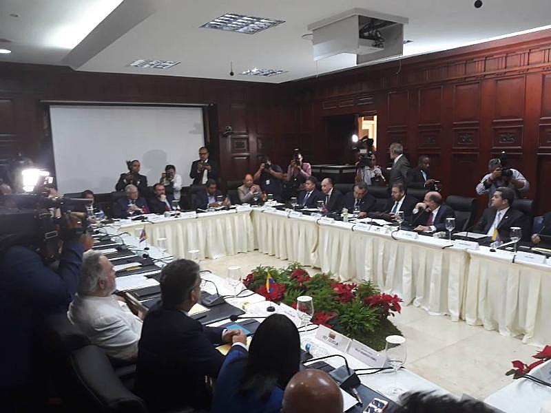 Além de representantes do governo e da oposição, mesa conta com chanceleres de países da região como observadores