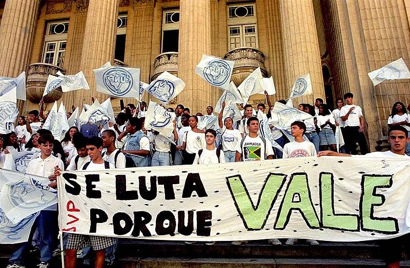 Estudantes fazem ato contra a privatização da Vale em frente ao prédio da Bolsa de Valores do Rio
