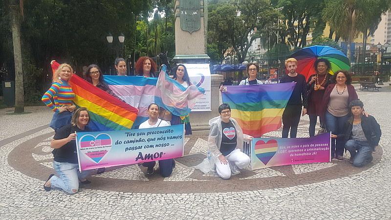 """As """"Mães pela Diversidade"""" do Paraná, organização não governamental, acompanhou o julgamento na Boca Maldita"""