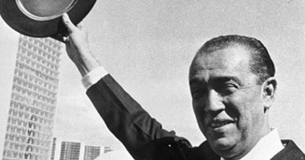 """Juscelino foi presidente do Brasil de 1956 a 1960 e é famoso pelo seu slogan  de governo """"50 anos em 5"""", sobre a política econômica"""