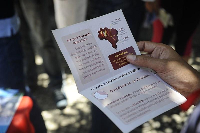 Segundo dados da UNAIDS, cerca de  1,8 milhão de pessoas vivem com HIV na América Latina