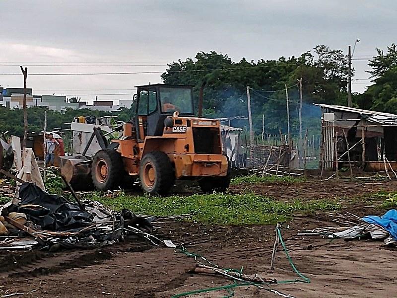 Tratores destruindo as casas das pessoas