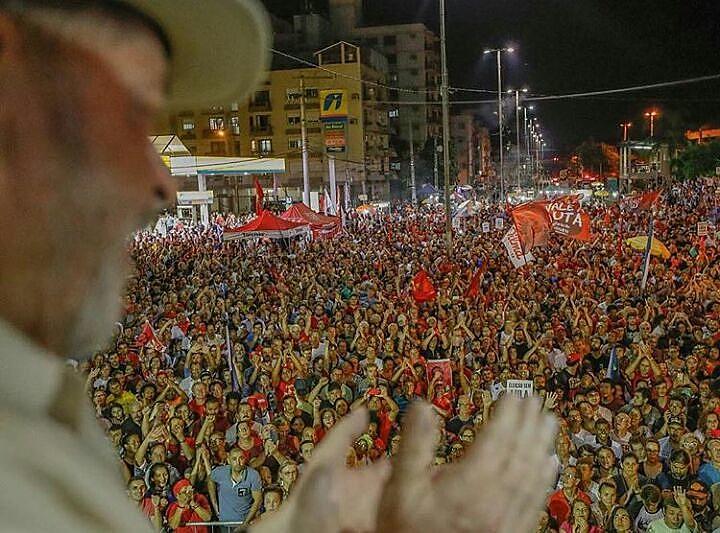 O ex-presidente Lula percorre municípios do Sul do país desde os últimos dias e encerra caravana nesta quarta (28), com ato em Curitiba