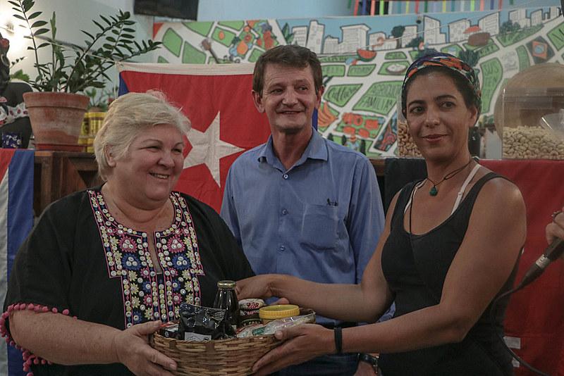 Aleida Guevara foi presenteada com uma cesta com produtos de assentamentos da reforma agrária
