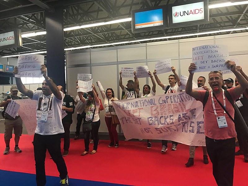 Usando nariz de palhaço, ativistas brasileiros protestam durante a 22ª Conferência Internacional de Aids, em Amsterdã, Holanda
