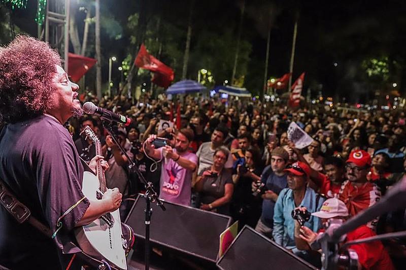 """Chico César animou o público no palco montado na Praça da República com o sucesso """"Mama África"""""""