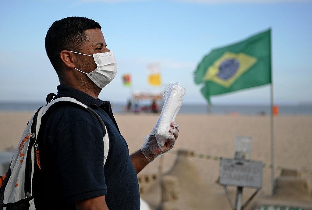 Na terça-feira (13), vendedores ambulantes de pontos fixos e barraqueiros da orla do Rio conquistaram o direito de receber uma parcela extra do auxílio carioca