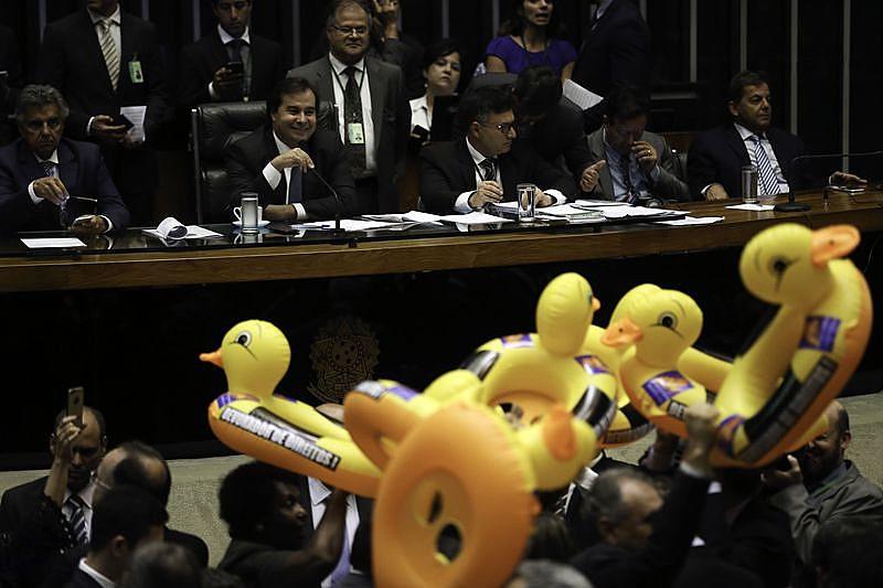 Deputados protestam com patos durante votação do PL 4302