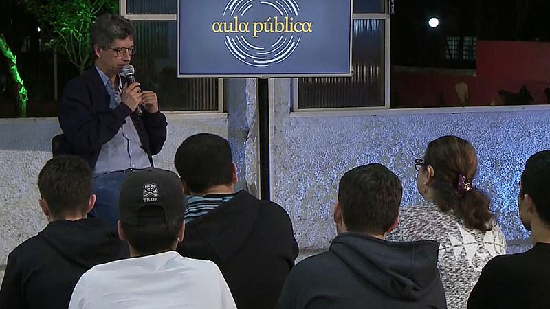 Na Aula Pública, o jornalista Maurício Puls discute Arquitetura e Sociadade na contemporaneidade