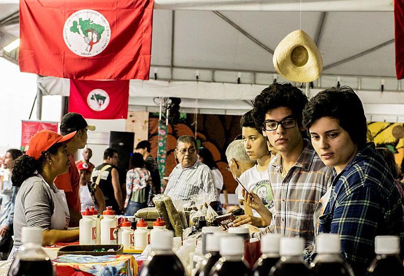 O nome da feira é uma homenagem a Cícero Guedes, trabalhador rural e militante do MST assassinado por pistoleiros em 2013