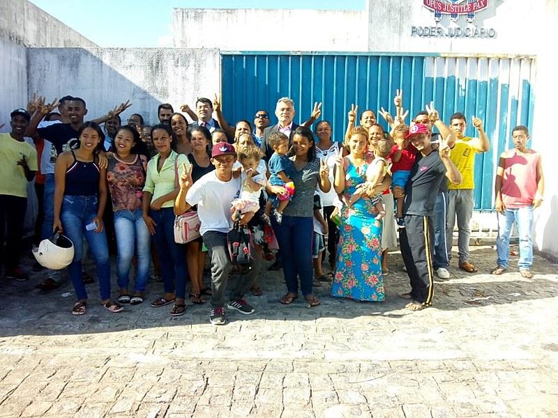 Sem-tetos da ocupação Zumbi dos Palmares comemoram a decisão judicial favorável a eles.