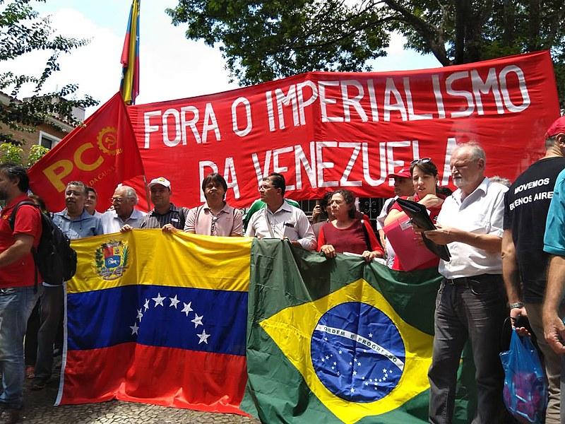 Dirigente sem-terra João Pedro Stedile (direita) durante ato realizado em São Paulo no dia 8 de fevereiro em apoio ao governo bolivariano