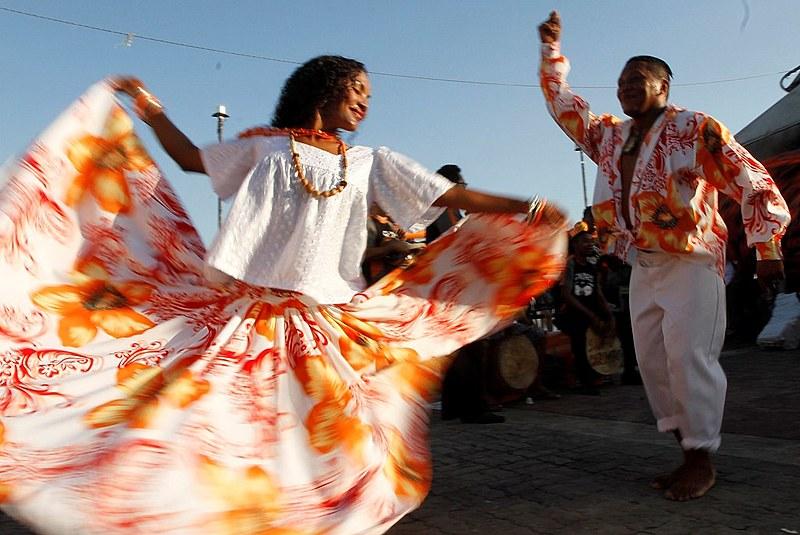 A dança que acompanha o ritmo possui uma coreografia marcante, os passos são miúdos, e o casal dança de forma cíclica