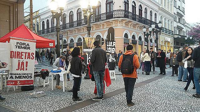 """Apelidada de """"República de Curitiba"""", capital paranaense tem sido palco de panfletagens e aulas públicas sobre os abusos da Lava Jato"""