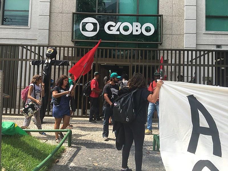 Na ocupação cartazes nomeiam a Rede Globo de Tribunal Federal da Injustiça e denunciam as investigações que a corporação carrega.