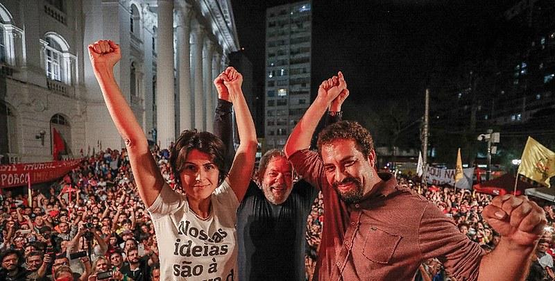 Manuela D'Ávila, Lula e Guilherme Boulos, juntos em ato em Curitiba (PR), nesta quarta-feira (28)