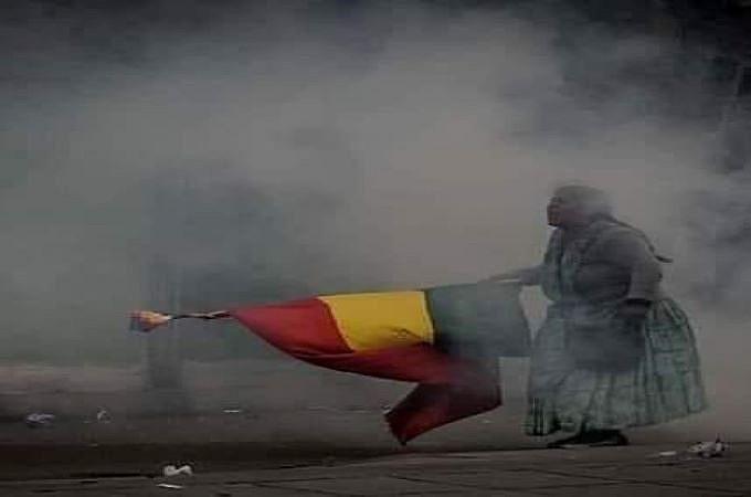 Boliviana resiste ao golpe no país