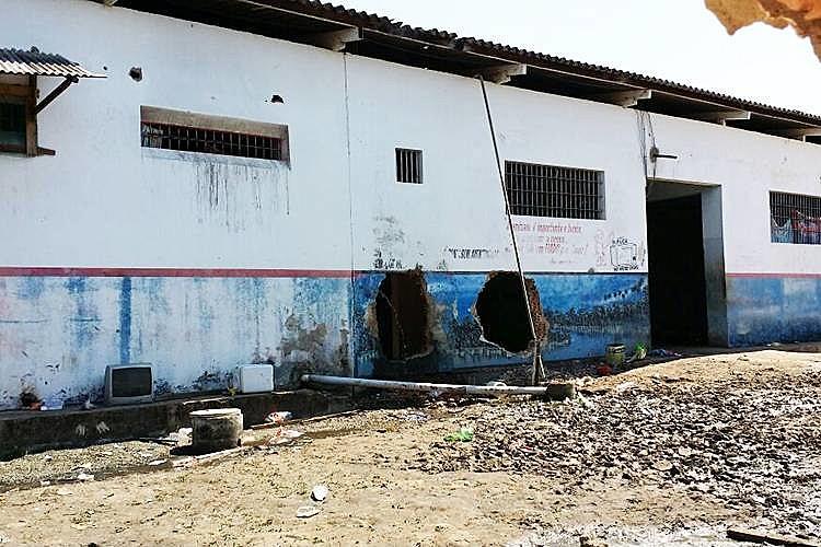 Buracos feitos nas paredes do presídio pelo PCC, em Roraima, em outubro do ano passado