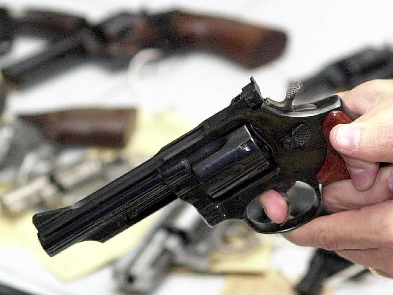 A mulher pode solicitar a suspensão da posse de armas do agressor, caso a arma seja irregular