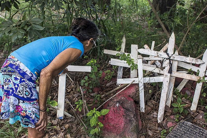 No local onde as mortes ocorreram, no trecho conhecido como Curva do S da PA-275, sem-terra fazem homenagens às vítimas do massacre