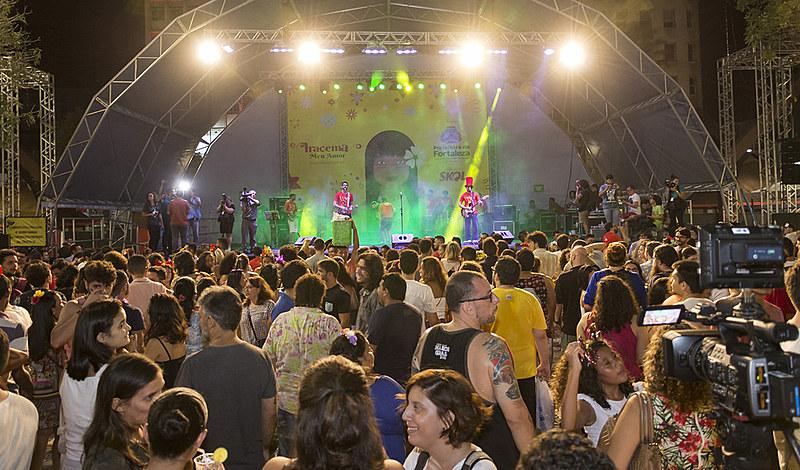Durante as quatro sextas-feiras que antecedem o carnaval, a partir do dia 24 de janeiro, o Luxo da Aldeia se apresenta na Praça do Ferreira.