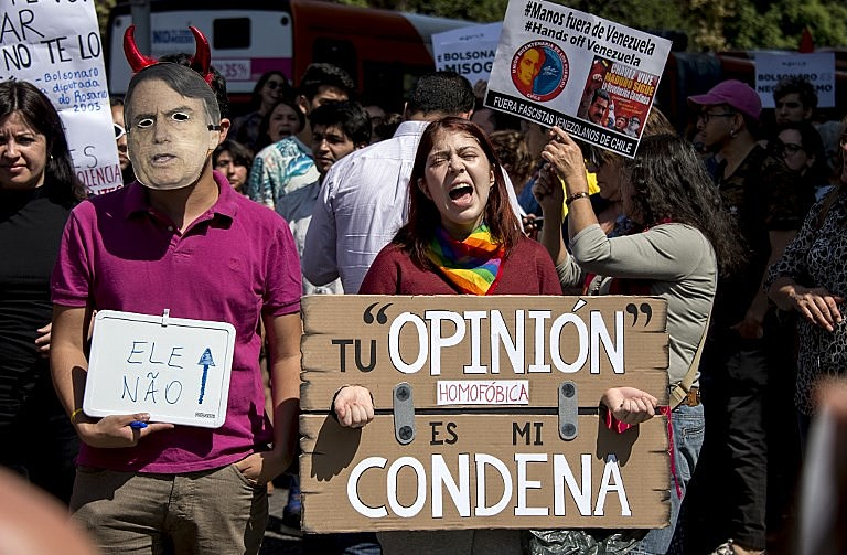 Manifestação contra a presença de Jair Bolsonaro em frente ao Palácio de La Moneda, sede presidencial chilena