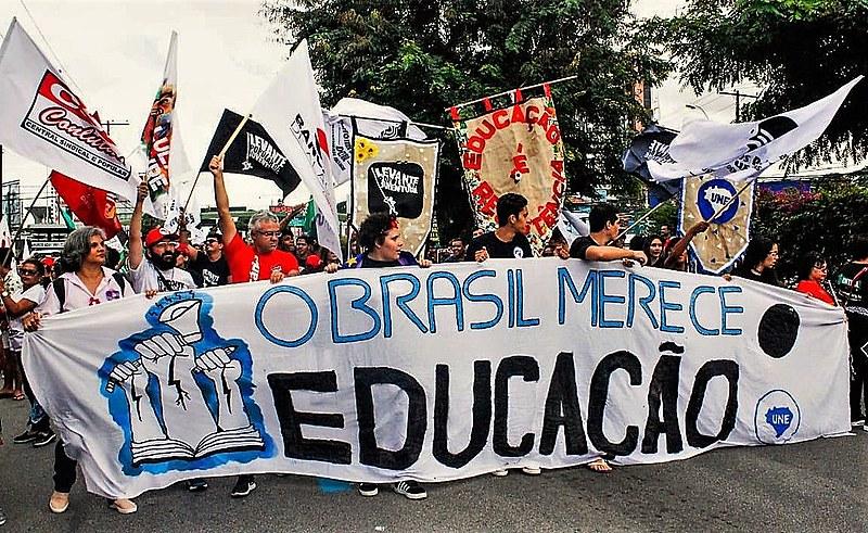 Marcha de estudantes e professores em Alagoas em defesa da educação pública de qualidade