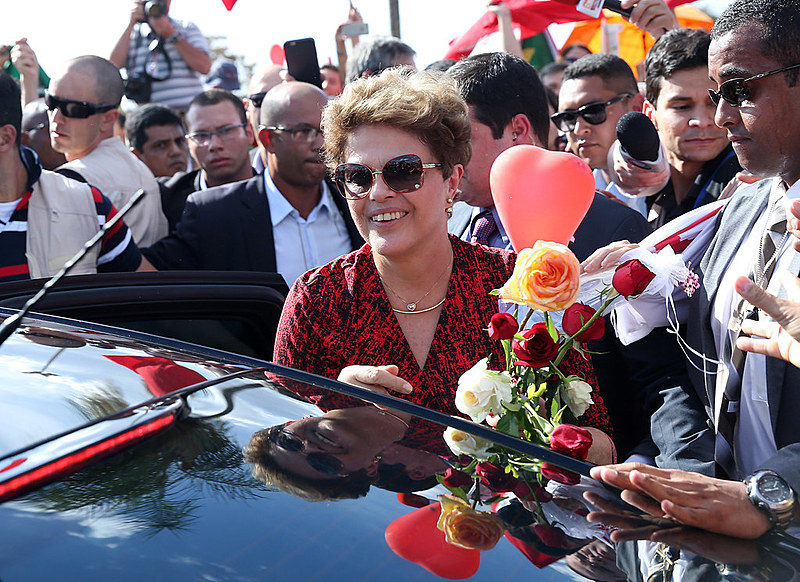Dilma Rousseff se despede de militantes ao deixar o Palácio da Alvorada em 2016 após impeachment