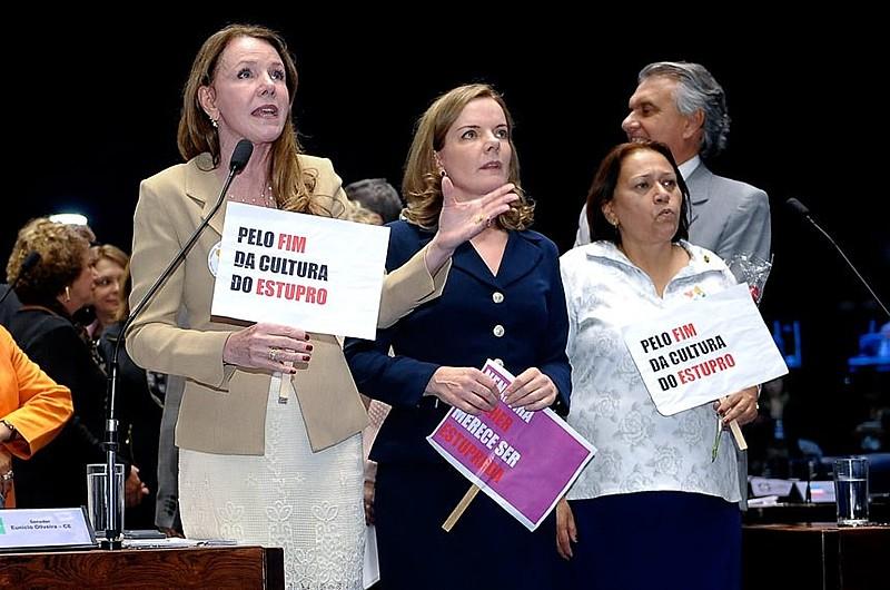 A senadora Vanessa Grazziotin (esq.), ao lados das senadoras petistas Gleisi Hoffmann (centro) e Fátima Bezerra (dir.)