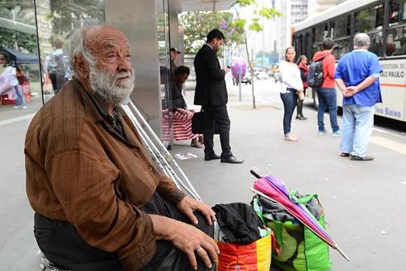 José Aparecido Nogueira, 73 anos, foi morar na rua após a prefeitura derrubar muro e interditar hotel que ele usava na região da Cracolândia