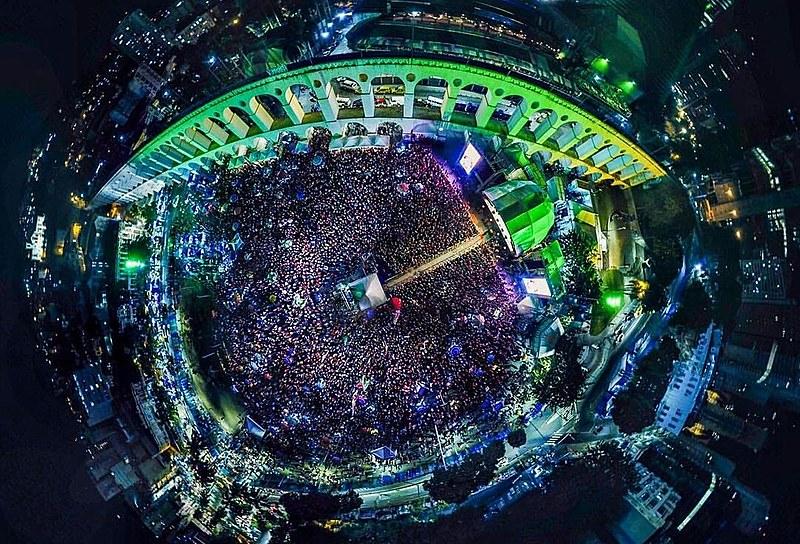 Foto aérea da Lapa, no Rio de Janeiro, durante as apresentações do Festival Lula Livre