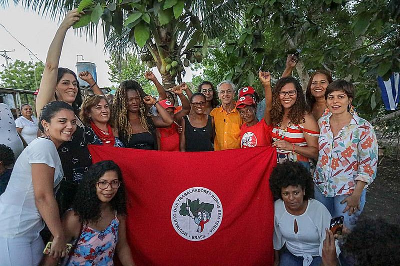Famílias do Assentamento Paulo Cunha recebem a visita do cantor Caetano Veloso