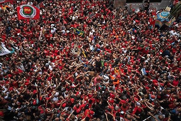 Milhares de pessoas emocionadas rodeavam o ex-presidente Lula