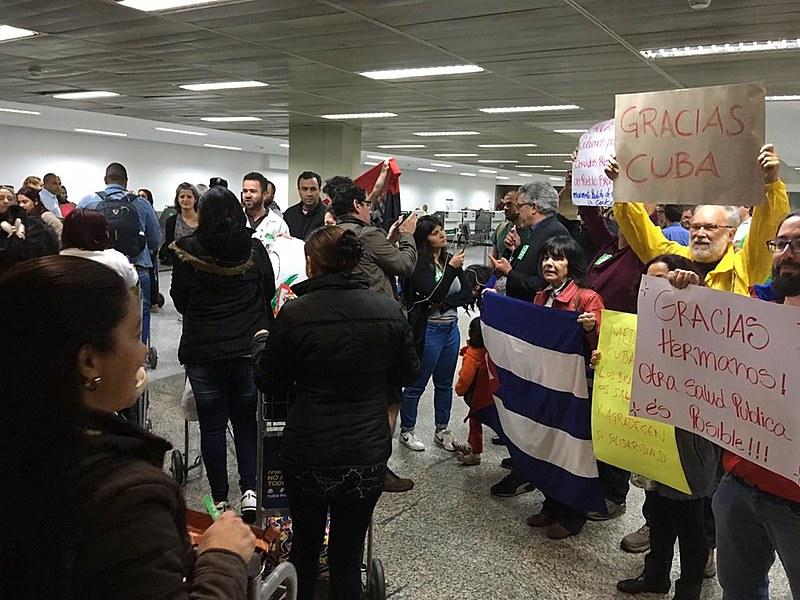 Nesta segunda-feira (26), os últimos médicos cubanos deixaram São Paulo e receberam carinho em Guarulhos