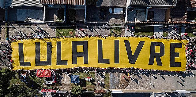 Seguidores de Lula alzaron una pancarta en frente a la sede de la Policía Federal, donde el ex presidente cumple pena
