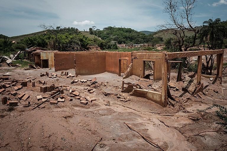 Barragem derramou 8,3 milhões de metros cúbicos de lama que percorreu cerca de 650 km entre Mariana (MG) e Linhares (ES)