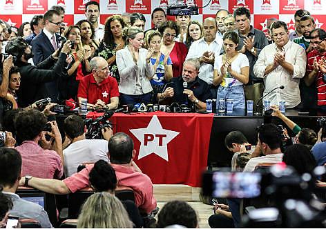 Lula sofreu condução coercitiva e foi levado a depor no aeroporto de Congonhas, em março de 2016, depois deu uma coletiva na sede do PT