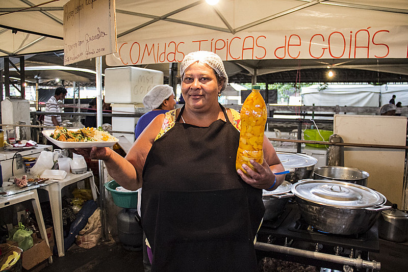 Suerdi Ribeiro da Silva, no MST há um ano e meio, ensina a fazer o arroz com pequi