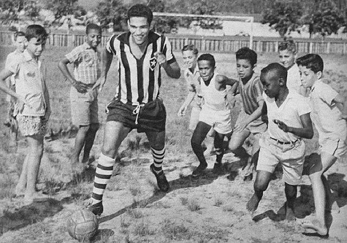 """""""Todo driblador é imoral, cafajeste, sangue frio, não tem piedade de quem mal conhece como fazia Mané Garrincha com seus Joões"""""""