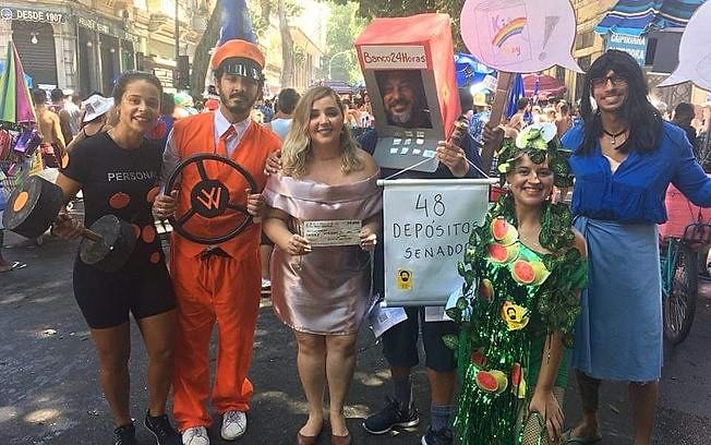Em diversas cidades do Brasil têm criticado o governo Bolsonaro em seus desfiles e apresentações.