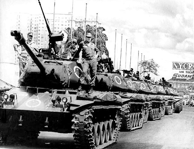 Tanques patrulham a Esplanada dos Ministérios após o golpe militar de 1964